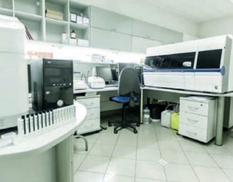 Nitel ve nicel analizlerin yapıldığı bir analitik kimya laboratuvarı