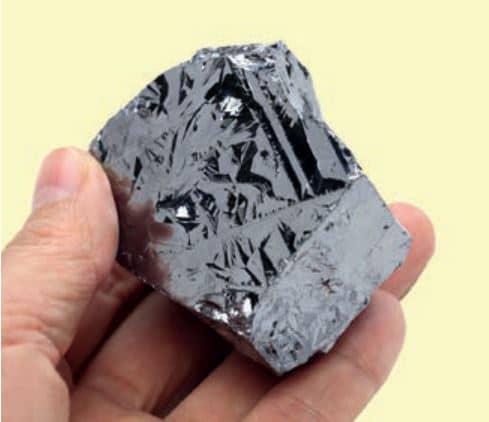 Metal görünümünde, elektriği az ileten ve bazı ametalik özellikleri gösterebilen silisyum (Si)